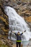 Женщина под водопадом Стоковые Изображения RF