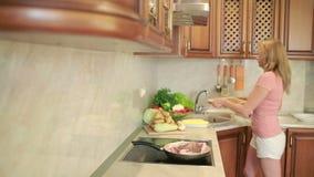 Женщина подготавливает мясо в кухне обедающий домашней кухни Стейки говядины видеоматериал