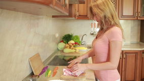 Женщина подготавливает мясо в кухне обедающий домашней кухни Стейки говядины сток-видео