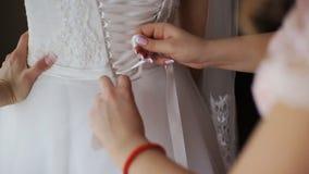 Женщина подготавливает платье свадьбы сток-видео