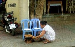 Женщина подготавливает улицу Стоковая Фотография RF