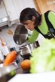Женщина подготавливая еду на кухне Стоковая Фотография