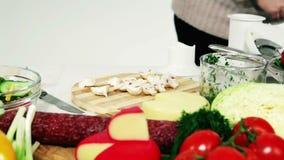 Женщина подготавливая обедающий овощей и грибов акции видеоматериалы