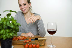 Женщина подготавливая обедающий Стоковые Изображения