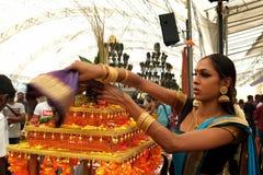 Женщина подготавливая орнамент Стоковое фото RF