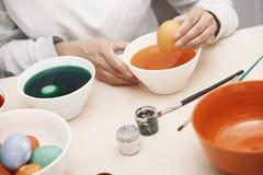 Женщина подготавливая пасхальные яйца Стоковое фото RF