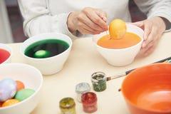 Женщина подготавливая пасхальные яйца Стоковая Фотография RF