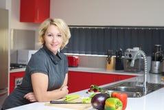Женщина подготовляя здоровый обедающий Стоковая Фотография