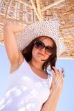 Женщина под зонтиком пляжа Стоковое Фото