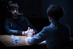 Женщина-полицейский опрашивая молодого преступника Стоковое Фото