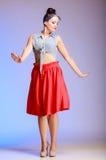 Женщина полнометражной девушки штыря-вверх танцев сексуальная на фиолете. Партия. Стоковые Фотографии RF