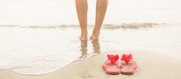Женщина полоща в море Стоковые Фотографии RF
