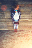 Женщина подростка ослабляя на деревянной моле пока принимающ автопортрет задерживая таблетку стоковое фото