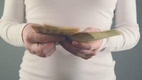 Женщина подсчитывая деньги 50 банкнот евро Концепция финансов зарплаты и дома сток-видео