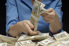 Женщина подсчитывая деньги Стоковые Фотографии RF