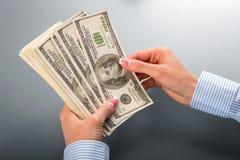 Женщина подсчитывая пук долларов Стоковое фото RF