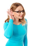 Женщина подслушивает переговор стоковые изображения