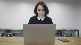 Женщина получает большие новости на ее компьтер-книжке видеоматериал