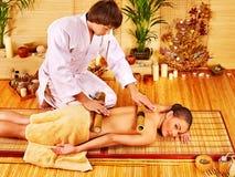 Женщина получая бамбуковый массаж Стоковое Изображение RF