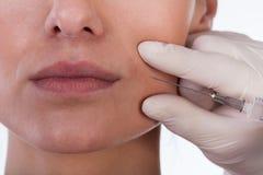 Женщина получая впрыску пластической хирургии Стоковые Изображения