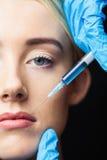 Женщина получая впрыску botox на ее губах Стоковые Изображения RF