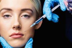 Женщина получая впрыску botox на ее губах Стоковые Фотографии RF