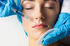 Женщина получая впрыску botox на ее губах Стоковая Фотография RF