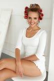 Женщина получая готовый Красивая модель с роликами волос на волосах Стоковое Изображение