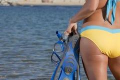 Женщина получая готовый пойти snorkeling стоковые изображения rf