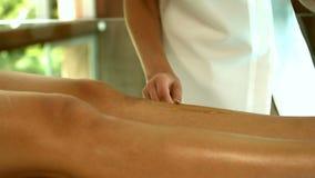 Женщина получая ее ноги навощенный терапевтом красоты акции видеоматериалы