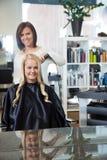 Женщина получая ей волосы завитый Стоковые Изображения
