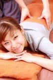 Женщина получая заднее massage  Стоковое Изображение
