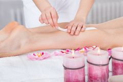 Женщина получая массаж бедренной кости стоковые изображения