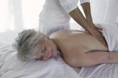 Женщина получая массаж задней части a Стоковое фото RF
