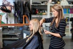 Женщина получая новый стиль причёсок Стоковые Фотографии RF