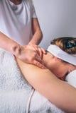 Женщина получая ослабляя задний массаж на клиническом центре Стоковые Изображения RF