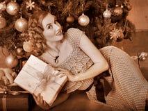 Женщина получая подарки.  Черно-белое ретро. Стоковая Фотография