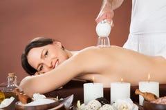 Женщина получая придавая форму чашки массаж на курорте Стоковая Фотография RF