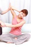 Женщина получая тайский массаж Стоковые Фотографии RF