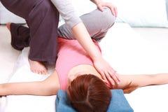 Женщина получая тайский массаж Стоковые Фото