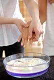 Женщина получая терапию жары в наличии над шаром заполнила с candl Стоковое Фото