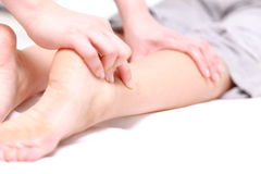 Женщина получая massage  ноги Стоковые Фото