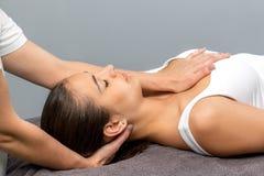 Женщина получая osteopathic обработку шеи Стоковое Изображение RF