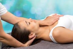 Женщина получая physio терапию на шеи и комоде Стоковая Фотография