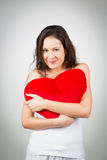 женщина подушки удерживания сердца форменная Стоковые Изображения RF