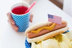 Женщина празднуя американский День независимости стоковое фото rf