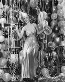 Женщина празднуя с комнатой полной воздушных шаров (все показанные люди более длинные живущие и никакое имущество не существует W Стоковые Фотографии RF