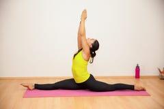 Женщина практикуя некоторую йогу Стоковая Фотография RF