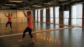 Женщина практикуя танец крана сток-видео
