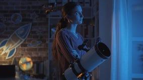 Женщина предаваясь мечтам с профессиональным телескопом стоковые фотографии rf